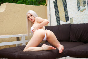 Big tits platinum blonde Dylann plunges her dildo deep into her pussy in the hot tub