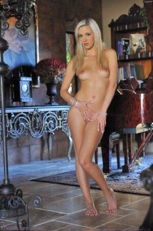 Fully nude blobde FTV beauty Sohpia displays her erotic figure