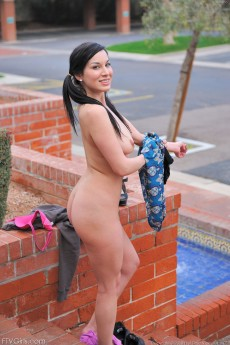 wpid-valentina-gets-naked-in-public7.jpg